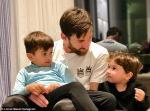 490B827B00000578-5374211-Messi_cuddles_up_with_Thiago_left_and_Mateo_right_as_they_pose_f-a-29_1518218615028